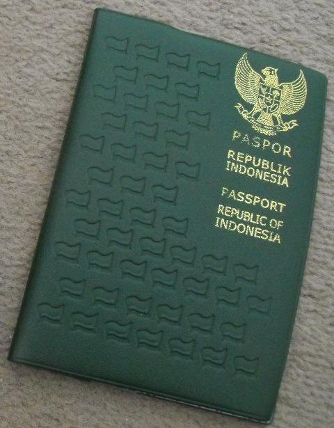 Untuk keluar negeri Anda membutuhkan Paspor.  6 bulan sebelum expired anda harus memperpanjang Paspor karena imigrasi tidak mengijinkan anda keluar dari Indonesia .