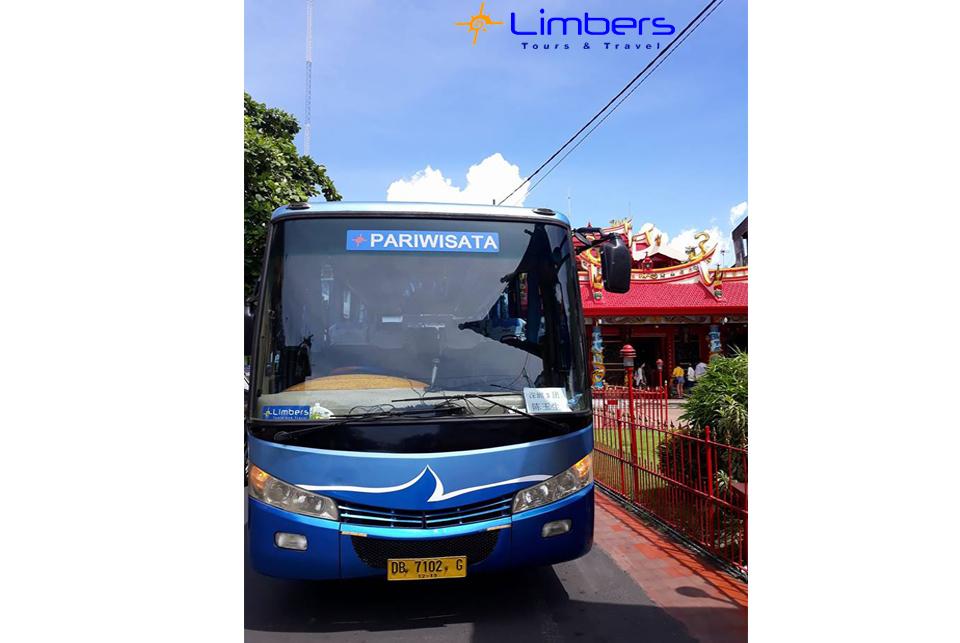 Bus 29seats di KLENTENG BAN HING KIONG. Kampung Cina. Manado.